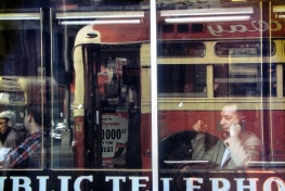 Saul Leiter Phone Call, ca. 1957 © Saul Leiter Courtesy: Saul Leiter, Howard Greenberg Gallery, New York. Aus der Ausstellung SAUL LEITER - RETROSPEKTIVE im Haus der Photographie in den Deichtorhallen, 3.2.2012 - 15.4.2012.